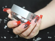 rote New Style Nails mit Samtsand